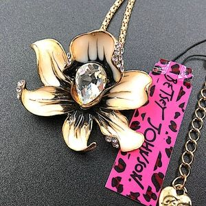BetseyJohnson Gorgeous flower necklace